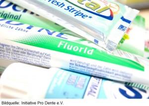 Die Fluoridverbindungen in Zahnpastenhaben haben einen erheblichen, nachweisbaren Anteil am Kariesrückgang während der letzten Jahrzehnte. Von keinem anderen Inhaltsstoff ist eine vergleichbare Wirkung bekannt. Deshalb ist die Empfehlung, morgens und abends eine fluoridhaltige Zahnpasta zur Zahnreinigung zu verwenden, nach wie vor aktuell. Die Intensität des Fluoridierungseffektes kann durch Verzicht auf das anschlieende Ausspülen gesteigert werden, da so eine längere Verweildauer auf den Zahnoberflächen besteht. .