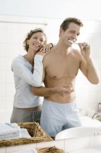 Zahnmediziner empfehlen Zahnpasta mit Fluoriden. Der Mineralstoff härtet den Zahnschmelz, hemmt die Entkalkung und das Bakterienwachstum und hilft zudem bei der Remineralisierung der Zahnoberfläche. Bezüglich der Kariespropyhlaxe hat sich herausgestellt, dass eine ausreichende Versorgung mit Fluoriden das Auftreten von Karies deutlich verringert. Dabei wirkt das Fluorid vor allem lokal am Zahn und weniger ¸über den Blutkreislauf